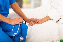 Doktor, der Patienten tröstet lizenzfreie stockbilder