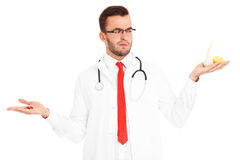 Doktor, der Pillen und Zitrone mit Knoblauch hält stockbild