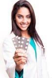 Doktor, der Pillen zeigt Stockfoto
