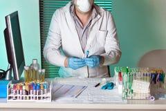 Doktor, der Probe für Studie etikettiert Stockfoto
