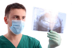 Doktor, der Röntgenstrahl betrachtet Lizenzfreie Stockfotos