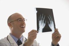 Doktor, der Röntgenstrahlen betrachtet. lizenzfreie stockfotografie