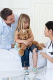 Doktor, der Reflex des kleinen Mädchens überprüft Lizenzfreie Stockbilder