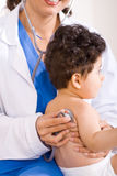 Doktor, der Schätzchenpatienten überprüft Lizenzfreies Stockbild