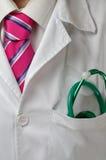 Doktor, der sein Arbeitstag anfängt Stockbild