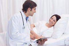 Doktor, der seinem Patienten die guten Nachrichten erklärt Lizenzfreies Stockbild