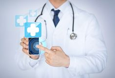 Doktor, der Smartphone mit medizinischer APP hält Lizenzfreies Stockfoto