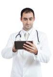 Doktor, der Tablette bei der Arbeit verwendet Stockbild