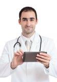 Doktor, der an Tabletten-PC bei der Arbeit arbeitet Stockbild