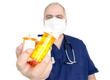Doktor, der Tablettenfläschchen anhält stockfotos