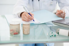 Doktor, der Verordnungen ergänzt Stockbild
