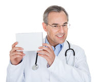 Doktor, der Verordnungsanmerkung hält Stockbilder