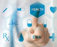 Doktor, der virtuellen Knopf auf mit Berührungseingabe Bildschirm bedrängt Konzept des modernen Gesundheitswesens lizenzfreies stockbild