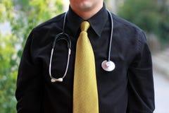 Doktor, der vor Bäumen steht Lizenzfreie Stockfotos