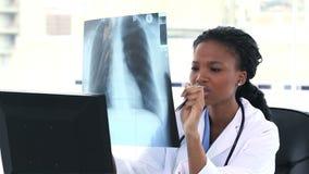 Doktor, der zu einer Brustradiographie schaut Lizenzfreie Stockfotos