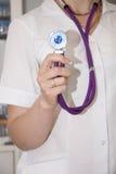 Doktor in einem weißen Mantel mit einem Stethoskop bereitete sich für das pati vor Lizenzfreie Stockfotos