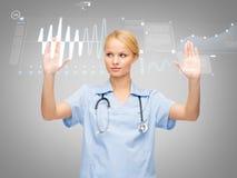 Doktor eller sjuksköterska som arbetar med den faktiska skärmen Arkivfoton