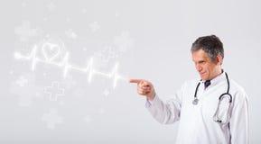 Doktor examinates Herzschlag mit abstraktem Herzen Stockfoto