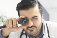 Doktor Examining stockfotos