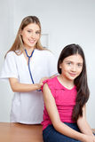 Doktor Examining Child in der Klinik Lizenzfreie Stockfotografie
