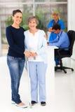 Doktor för dotteråldringmoder Arkivfoto