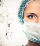 Doktor för ung kvinna i lock- och framsidamaskering Royaltyfria Bilder