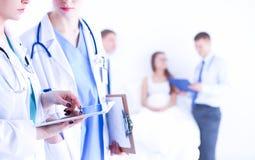 Doktor för ung kvinna som rymmer en minnestavlaPC fotografering för bildbyråer