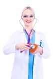 Doktor för ung kvinna som rymmer en röd hjärta som isoleras på vit bakgrund isolerad vit kvinna för bakgrund doktor Royaltyfri Foto