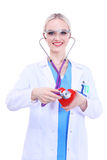 Doktor för ung kvinna som rymmer en röd hjärta som isoleras på vit bakgrund isolerad vit kvinna för bakgrund doktor Arkivfoton