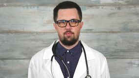 Doktor för vuxen man med stetoskopet i det vita laget och exponeringsglas stock video