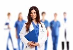 Doktor framme av hennes medicinska lag Fotografering för Bildbyråer