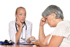 Doktor geben ihrem Patienten Pillen Lizenzfreies Stockbild