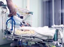 Doktor gibt nach Ausfall der Patientenbehandlung auf Lizenzfreie Stockfotografie