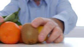 Doktor Giving Alternative Cure med för nya frukter för vitaminer piller för medicin i stället arkivfilmer