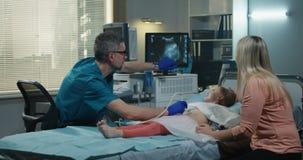 Doktor Giving High Five till flickan arkivfilmer