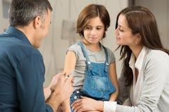 Doktor Giving Injection Fotografering för Bildbyråer