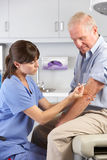 Doktor Giving Male Patient Injection Stockfoto