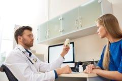 Doktor Giving Vitamins till patienten fotografering för bildbyråer