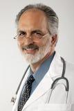 Doktor With Glasses und Labormantel Stockbild
