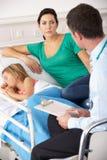 Doktor Großbritanniens A&E mit Mutter und Kind stockfoto