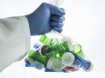 Doktor hält eine Tasche mit Booten von Drogen lizenzfreies stockfoto
