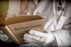 Doktor hält in einem Munchausen-Syndrombuch in einem Krankenhaus lizenzfreie stockfotos