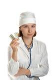 Doktor hält Tabletten in einer Hand an Lizenzfreies Stockbild