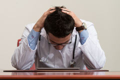 Doktor Having Stress In kontoret royaltyfria bilder