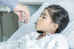 Doktor heilen Kinderwassermedizin im hosital Klinikraum lizenzfreie stockfotos