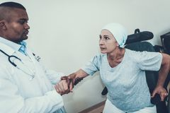 Doktor Helps Frau macht Rehabilitation durch stockfotografie