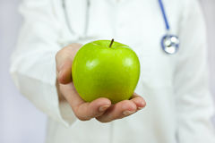 Doktor Holding Green Apple Lizenzfreies Stockfoto