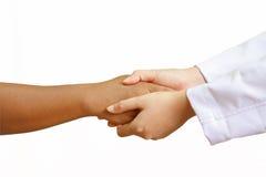 Doktor Holding Hands mit einem Frauenpatienten stockfoto