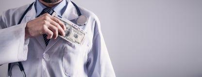 Doktor Holding Money Konzept von Korruption stockfotos