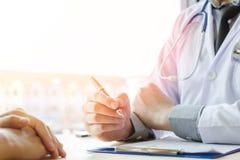 Doktor Holding Pens und Förderungs-Patienten, den Krebs und Einführung behandelnd und kümmern sich um selbst stockfotografie